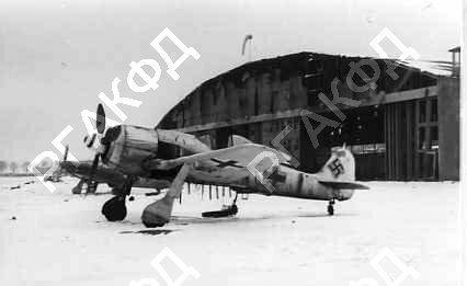 Poznan 1945-Fw 190 przed hangarem.jpg