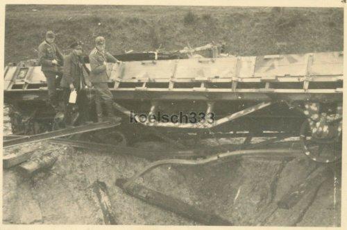 einer Fliegerbombe getroffener polnischer Panzerzug mit Tarnanstrich.jpg
