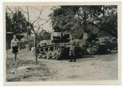 Soldat der Wehrmacht an polnischen 7tp Panzer Kampfwagen in Radom Polen.jpg