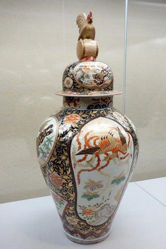 Covered_Jar,_Imari_ware,_Edo_period,_18th_century,_Chinese_lion_and_phoenix_design_in_underglaze_blue_and_overglaze_enamel_-_Tokyo_National_Museum_-_DSC05337.JPG