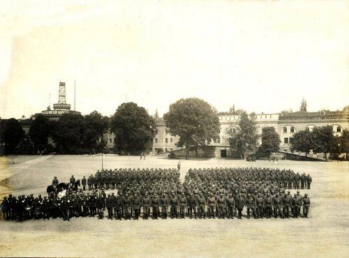 5. batalion 3. Pułku Wojsk Kolejowych na dziedzińcu fortu Winiary po powrocie z defilady - 85943.jpg