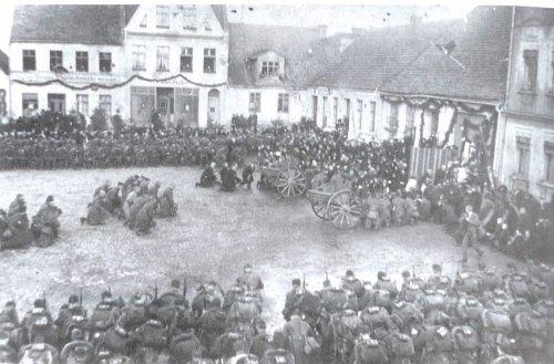 8. pułku strzelców wielkopolskich, w trakcie mszy św. na rynku w Margoninie,18 stycznia 1920.jpg