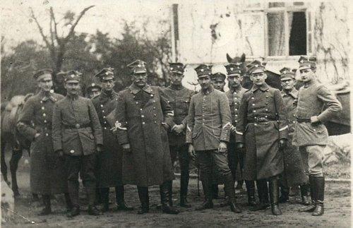 Generał Kazimierz Grudzielski w otoczeniu oficerów i żołnierzy z jego sztabu, Kcynia  wiosna marzec lub kwiecień 1919 roku..jpg