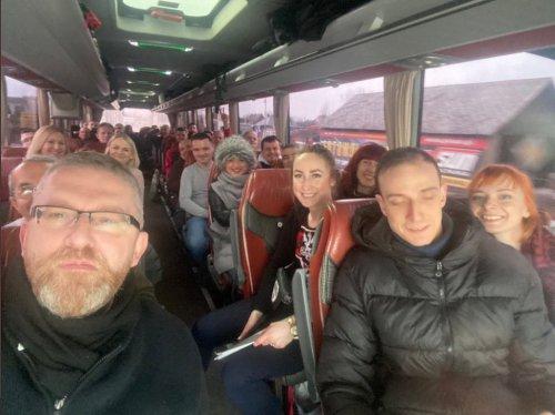 z26902274IH,Grzegorz-Braun-w-zatloczonym-autobusie----w-drodze.jpg