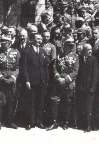 plisowski 1933,swieto pode pomnikiem1.JPG