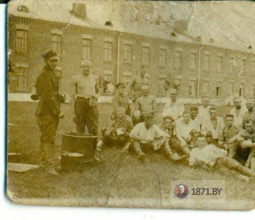 baranowicze-artyleria-konna-jkm-9dak-moj-ojciec-tadeusz-wisniewski-przy-pomniku-pplk.-artura-buola-na-schodach-baranowicze-1937-lub-1938-2.jpg