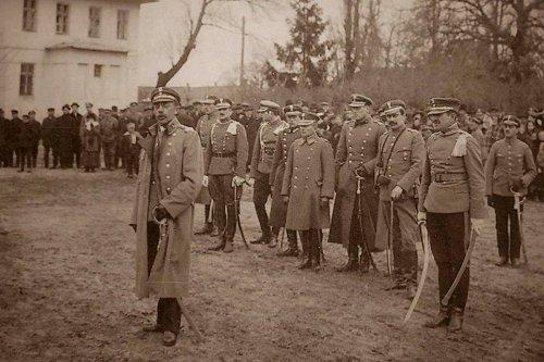 Wilanów 7 maja 1919 r. Do ułanów 12.PU przemawia Minister Spraw Wojskowych gen. Józef Leśniewski..jpg