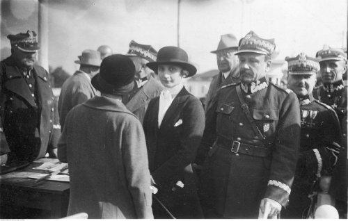 Zawody konne w Poznaniu. Widoczni gen. Jan Sawicki (1. z lewej), gen. Józef Haller (3. z prawej), gen. Edmund Hauser (2. z prawej); czerwiec 1926.jpg