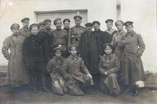 W otoczeniu delegatów komitetów żołnierskich w sztabie I-ej Armii w Berezweczu, 1917.png