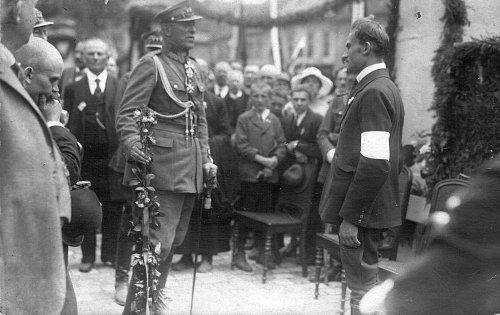 Pszczyna,_Rynek,_29_czerwca_1922_roku._Podporucznik_Stanisław_Krzyżowski_wręczył_gen._broni_Stanisławowi_Szeptyckiemu_umajony_karabin.jpg