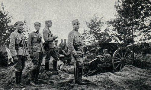 Gen._Durski-Trzaska_na_stanowiskach_artylerii_legionowej_pod_Płonszowicami,_1915.jpg