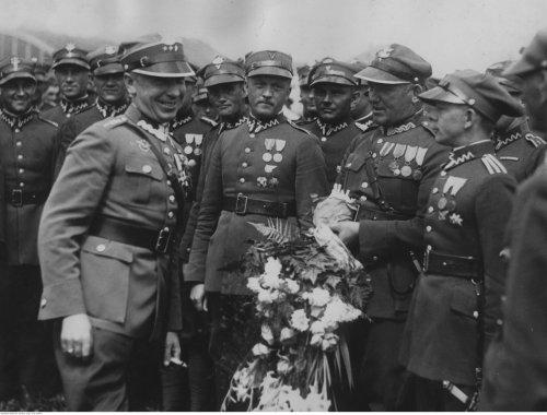 Wizyta_kpt._Stanisława_Skarżyńskiego_w_1._Pułku_Lotniczym_w_Warszawie_sierpien 1933.jpg