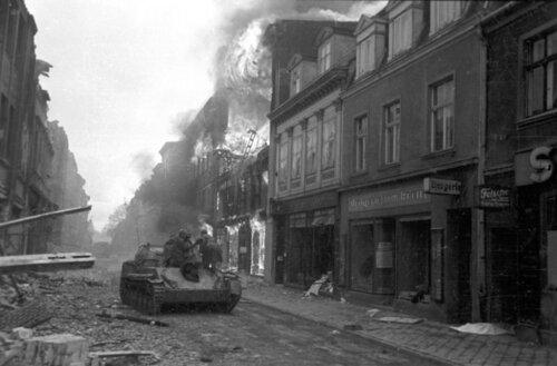 Gdansk 1945-Su-76M na ulicy1.jpg